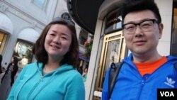 中国游客约翰森夫妇(美国之音国符拍摄)