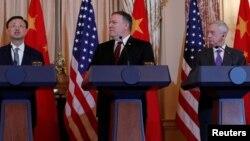 Ngoại trưởng Hoa Kỳ Mike Pompeo và Bộ trưởng Quốc phòng Jim Mattis nhìn đối tác từ Bắc Kinh, Ủy viên Quốc vụ Dương Khiết Trì.