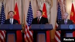 美国国务卿蓬佩奥和美国国防部长马蒂斯在美中外交与安全对话会议后在华盛顿国务院举行的记者会上倾听中国国务委员杨洁篪讲话。(2018年11月9日)
