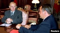 Ruski predsednik Putin na sastanku sa savetnikom za medije Mihailom Lesinom u Kremlju 28. avgusta 2000.
