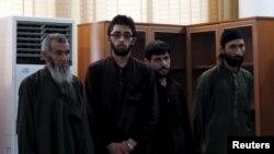 涉嫌在喀布尔残暴打死一名27岁女子的四名阿富汗男子在法庭上 (2015年5月6日)
