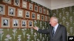 諾貝爾研究所所長倫德斯塔指著會議室牆上新增的劉曉波照片