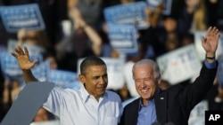 奥巴马与副总统拜登在费城的集会上向民众招手