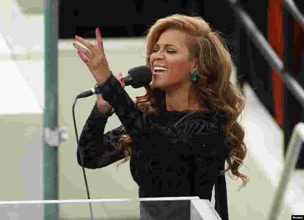 Fanaanada Beyonce oo ka heesaysa xafladda caleemasaarka Madaxweyne Obama, Washington, January 21, 2013