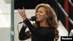 Бейонсе исполняет гимн США на инаугурации президента Обамы. Вашингтон, округ Колумбия. 21 января 2013 года