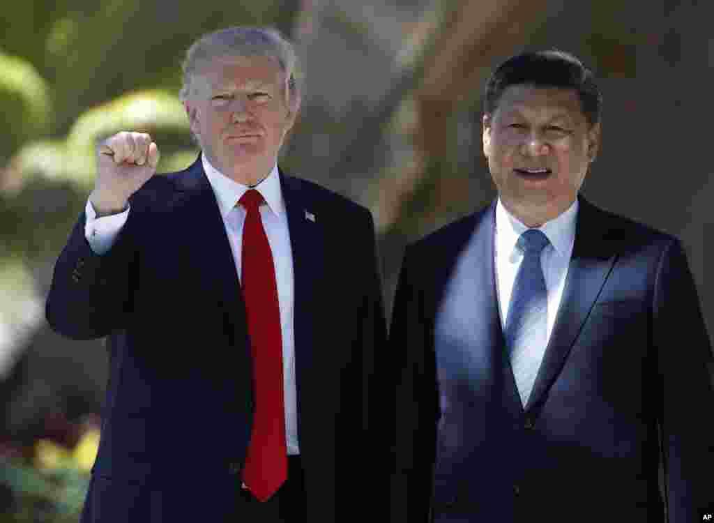 Prezidan Donald Trump ak Prezidan Chinwa Xi Jinping ki poze pou yon foto pandan yo te nan Mar-a-Lago vandredi, 7 avril 2017, Palm Beach, Florid. (AP Photo / Alex Brandon)