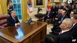 Presiden AS Donald Trump berbicara dengan Wakil PM China Liu He (kanan) yang memimpin delegasi perdagangan China di Gedung Putih (22/2) lalu.