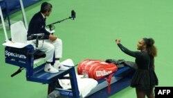 지난 8일 뉴욕에서 열린 US오픈 테니스 대회 여자 단식 결승전에서 미국의 세레나 윌리엄스 선수가 카를로스 라모스 주심의 판정에 강하게 항의하고 있다.
