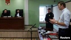 2013年10月16日俄罗斯反对派领导人阿列克谢.纳瓦尔尼(右)在法庭发言