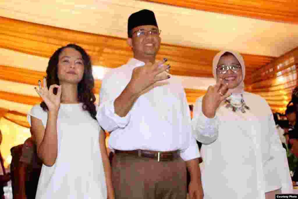 Calon gubernur Jakarta Anies Baswedan bersama istri dan putrinya memberikan suara di sebuah TPS (15/2). (Courtesy:Tim Pemenangan Anies-Sandi)