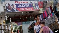 Khách du lịch Nga mua sắm trong khu Chợ Cổ ở thành phố du lịch Sharm el-Sheikh, phía nam bán đảo Sinai, Ai Cập, ngày 8 tháng 11, 2015.