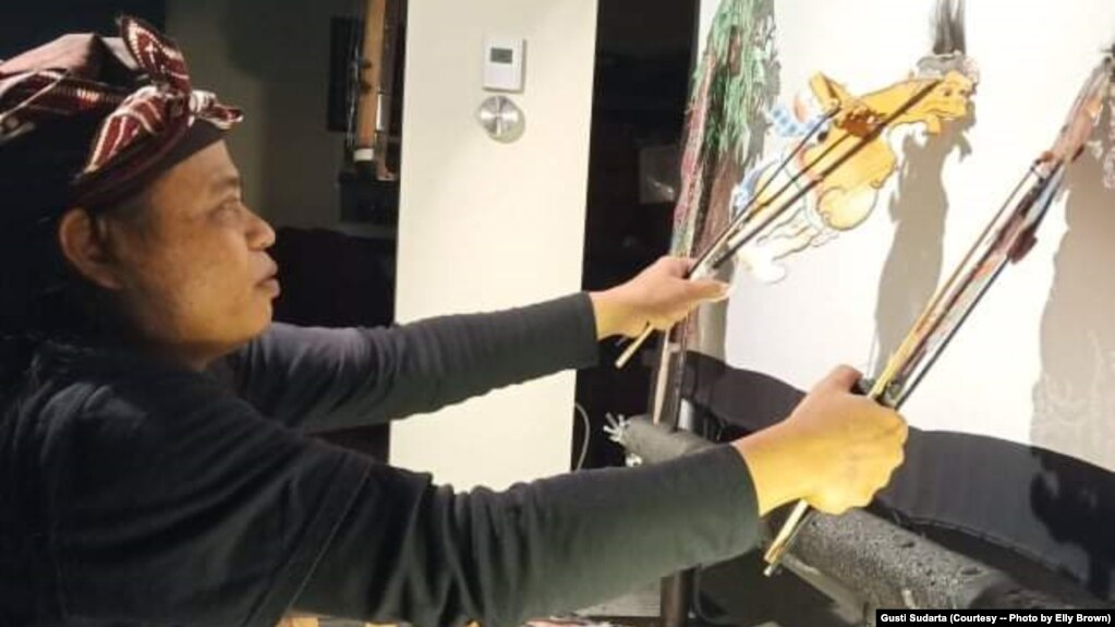 Dalang Gusti Putu Sudarta pentas di sebuah studio di Richmond, Virginia. (Foto: Gusti Sudarta)