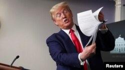 Predsjednik Trump tokom brifinga za novinare u Bijeloj kući, u ponedjeljak 20. aprila 2020. (Foto: Reuters/Jonathan Ernst)