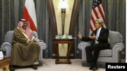 美國國務卿克里3月4 日抵達在沙特阿拉伯首都利雅得的一家酒店與科威特外交部長薩巴赫會面時。
