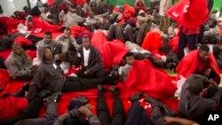 Des migrants se reposent dans un centre sportif après avoir été secourus dans le détroit de Gibraltar, près de la côte de Tarifa, dans le sud de l'Espagne, le 12 août 2014