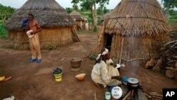 Seorang perempuan dari salah satu etnis di Nigeria memasak di dapur tradisional yang menggunakan tungku kayu (foto: dok).