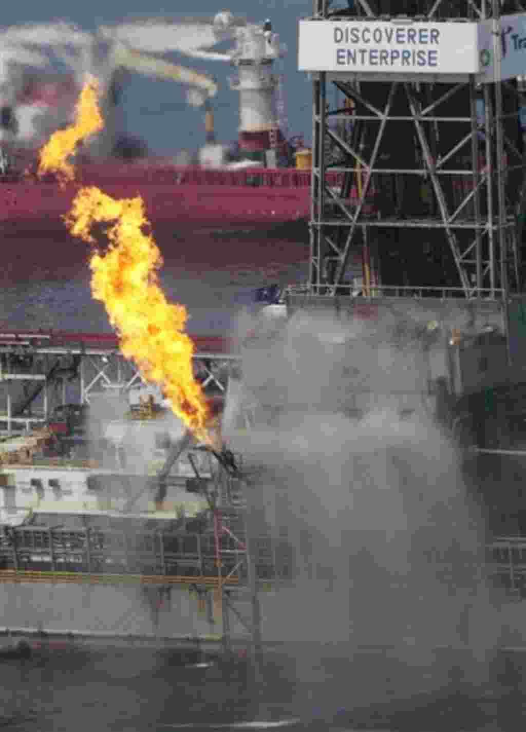 La tapa sobre del pozo roto de BP continuó recogiendo petróleo por días y días, al mismo tiempo que las autoridades trataban de determinar cuánto petróleo se escapaba y qué daño que se causaría.