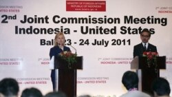 ناتالِگوا وزیر امور خارجه اندونزی و هیلاری کلینتون همتای آمریکایی وی در مصاحبه مطبوعاتی مشترک در بالی، اندونزی. ۲۴ ژوئیه ۲۰۱۱