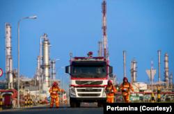 Kilang Balongan milik Pertamina. (Foto: dok). Empat tanki kilang minyak Pertamina di Balongan ini, mengalami kebakaran, Senin, 29 Maret 2021. (Foto: Courtesy/Pertamina)