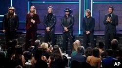 De izquierda a derecha, Chris Stapleton, Brian Kelly, Tyler Habbard, Jason Aldean, Keith Urban y Luke Bryan durante la ceremonia 2017 CMT Artist of the Year Awards en Nashville, Tennessee, el miércoles, 18 de octubre de 2017.