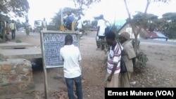 Lectures des informations par le club VOA, le 27 novembre 2016, au Sud-Kivu, en RDC. (VOA/Ernest Muhero)
