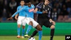 Isco du Real Madrid, à droite, face à Amadou Diawara de Naples, lors d'un match de Ligue des champions à Naples, le 7 mars 2017.