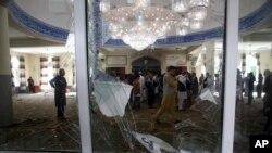 Warga memeriksa kondisi di dalam masjid setelah serangan bom di Kabul, Afghanistan, 12 Juni 2020. AP Photo/Rahmat Gul)