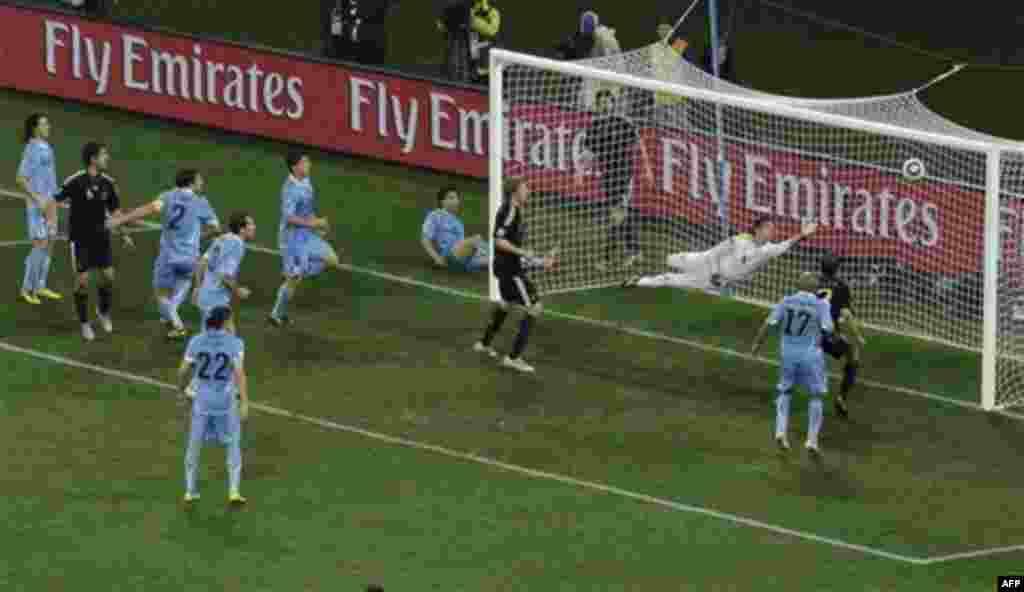 Матч Германии и Уругвая на стадионе «Нельсон Мандела Бэй» в Порт-Элизабет, Южная Африка. Суббота, 10 июля, 2010. Германия победила 3-2. (Фото АП / Роберто Кандиа)