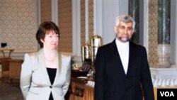 Kepala kebijakan luar negeri Uni Eropa, Catherine Ashton (kiri) dan kepala perunding Iran, Saeed Jalili dalam perundingan di Istanbul, Turki (21/1).