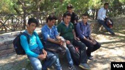 6 thanh niên Afghanistan trên đảo Lesbos, Hy Lạp.