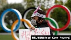 Arhiv - Detalj sa protesta protiv održavanja Olimpijskih igara u prijestolnici Tokiju (Foto: Reuters/Issei Kato)