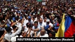 수도 카라카스를 가득 메운 반정부 시위대가 임시 대통령을 자임하고 있는 후안 과이도 국회의장을 환호하고 있다.