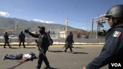 Los estudiantes presuntamente secuestraron unos autobuses y le prendieron fuego a una estación de gas.