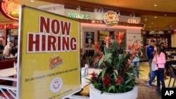Tư Liệu- Một tấm biển thông báo tuyển người của một nhà hàng tại Miami.