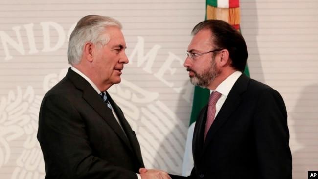 """El secretario de Estado, Rex Tillerson aseguró que: """"Subrayamos la importancia de detener las armas de fuego ilegales y el efectivo a granel que es originario de los Estados Unidos y que fluye hacia México""""."""
