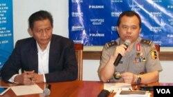 Kadiv Humas Mabes Polri, Irjen Polisi Ronny Sompie (kanan) dan pengamat hukum pidana UII, Mudzakir (kiri) saat berdiskusi terkait pengumumam hasil perolehan suara Pilpres 2014 di Jakarta, Sabtu, 19 Juli 2014 (Foto:VOA/Iris Gera)
