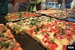 Pizza menjadi menu buka puasa di Masjid Islamic Center, Tucson.