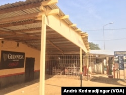 Les bars et alimentations sur l'axe CSP 7 considerés comme rue de joie sont restés fermés depuis deux jours, au Tchad, le 7 janvier 2020. (VOA/André Kodmadjingar)