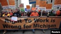 Thành viên công đoàn và những người ủng hộ tuần hành đến trụ sở quốc hội tiểu bang Michigan phản đối luật 'quyền làm việc'