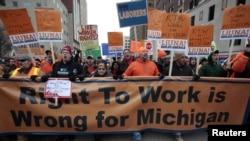 Anggota Serikat Pekerja dan para pendukungnya menggelar aksi unjuk rasa di depan Gedung Kongres, menyuarakan protes atas disahkannya RUU 'Hak untuk Bekerja' di Lansing, Michigan (11/12).