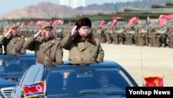 김정은 북한 국방위원회 제1위원장이 북한 군의 훈련을 지휘했다고 조선중앙통신이 지난 25일 보도했다. (자료사진)