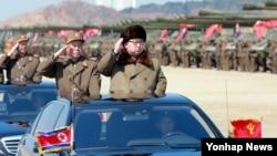 김정은 북한 국방위원회 제1위원장이 북한군의 훈련을 지휘했다고 조선중앙통신이 지난달 25일 보도했다. (자료사진)