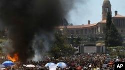 Les étudiants brûlent des toilettes portables au cours de leur protestation contre la hausse des frais académiques à Pretoria, Afrique du Sud, 23 octobre 2015.