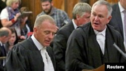 Prosecutor Gerrie Nel (L) and defense lawyer Barry Roux (R) chat at the end of an appeal against South African paralympian Oscar Pistorius' conviction last year at the Supreme Court of Appeal in Bloemfontein, South Africa, Nov. 3, 2015.