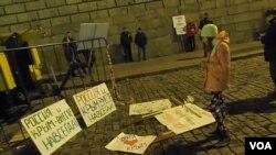 去年3月18日莫斯科红场吞并克里米亚一周年庆祝集会后,丢弃在地上的标语。(美国之音白桦拍摄)