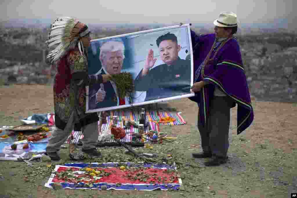 "Dua orang dukun melakukan ritual ""doa perdamaian"" bagi Presiden AS Donald Trump dan pemimpin Korea Utara Kim Jong-un di Lima, Peru."