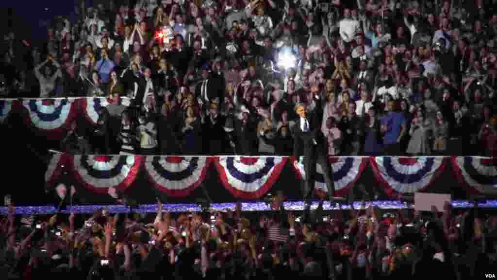 奥巴马总统成功连任后在芝加哥竞选总部向人群挥手致意(美国之音 金刀拍摄)