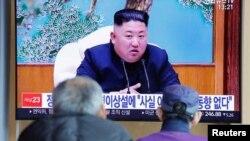 រូបឯកសារ៖ មនុស្សម្នាមើលការផ្សាយពីរបាយការណ៍ព័ត៌មានអំពីមេដឹកនាំកូរ៉េខាងជើងលោក Kim Jong Un នៅក្នុងក្រុងសេអ៊ូល ប្រទេសកូរ៉េខាងត្បូង កាលពីថ្ងៃទី២១ ខែមេសា ឆ្នាំ២០២០។