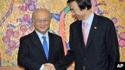 16일 한국 외교부를 방문한 아마노 유키야 국제원자력기구(IAEA) 사무총장(왼쪽)이 윤병세 한국 외교부 장관과 악수하고 있다.