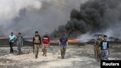 伊拉克軍隊進入摩蘇爾附近地區升起濃煙。